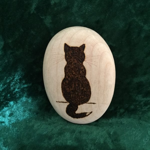 Wooden pebble oval with cat